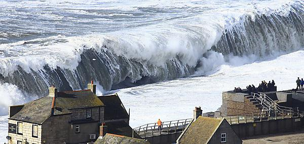 Extreme waves impacting on Chesil Beach in Dorset, UK, on February 05, 2014. Image credit: Richard Broome