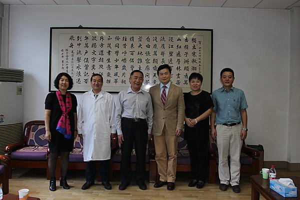 <p>Dr Bing Hu, third from right, with directors from collaboration partners in China</p>