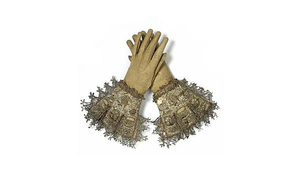 <p>Leather and satin embroidered gloves, 1603-1625, V&A Museum no.1506&A-1882<br></p>