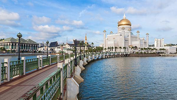 <p>  Sultan Omar Ali Saifuddin Mosque in Bandar Seri Begawan - Brunei<br></p>