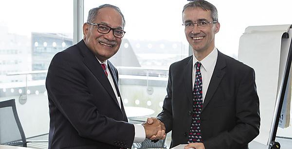 <p>Dr Tim O'Hare, Deputy Head of the School of Biological and Marine Sciences, with Professor S. Ramananda Shetty, Vice-Chancellor of Nitte University in India<br></p>