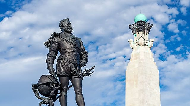 <p>Sir Francis Drake Memorial at Plymouth Hoe, Devon, credit:&nbsp;ianwool, courtesy of Getty Images</p>