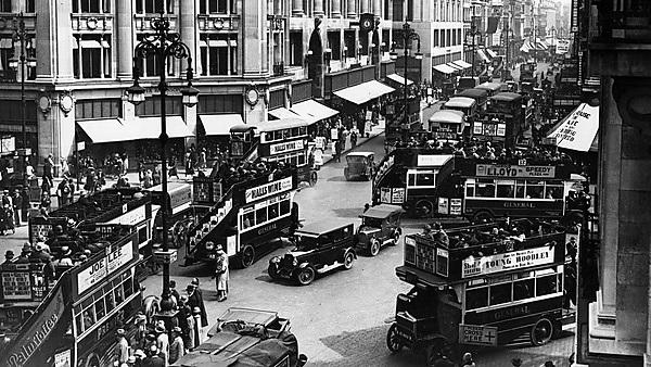 <p>15th May 1928: A crowded scene at Oxford Circus, the junction of Oxford and Regent Street, London. (Photo by Fox Photos/Getty Images)<br></p>