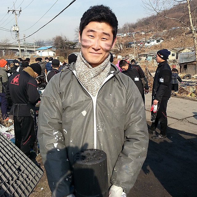 <p>Jisoo Kim, volunteer work</p>