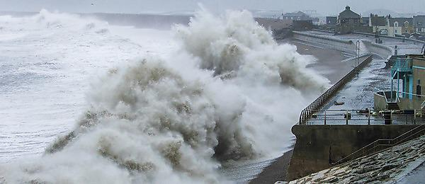 <p>Waves pound Chesil Beach in Dorset during the winter of 2013/14 (Tim Poate/University of Plymouth)</p>