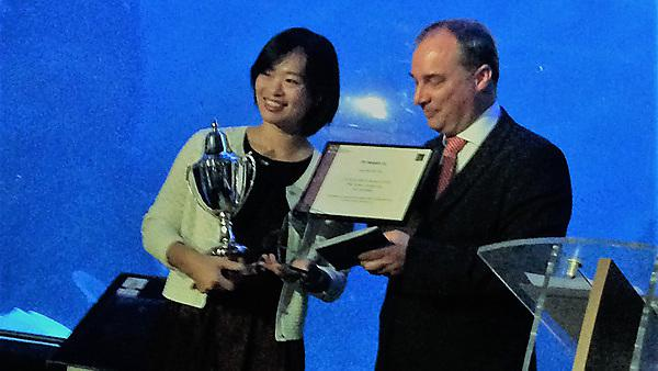 Dr Haiyan Lu (left) receiving her award from Professor Richard Wilding, the CILT Chairman, Cranfield University (right).