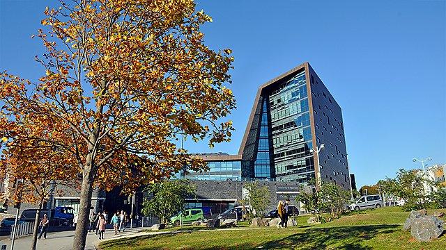 <p>Campus entrance Roland Levinsky<br></p>