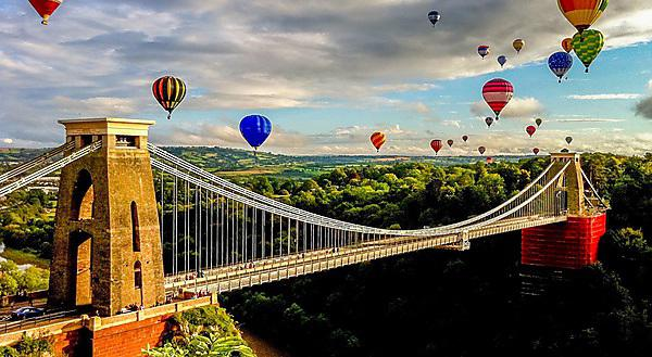 <p>Hot air balloons over the Clifton Suspension Bridge, Bristol</p>
