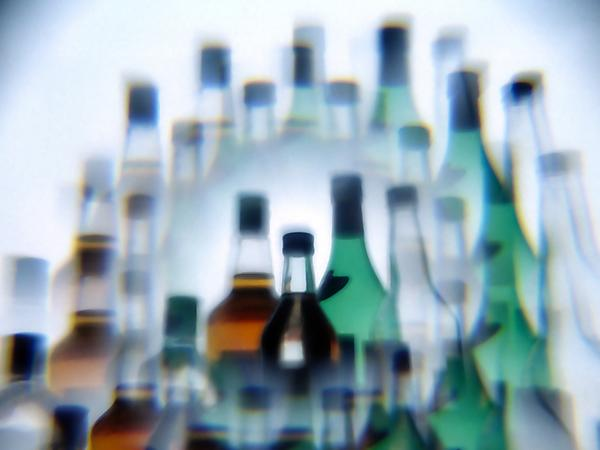 Toxic substances found in the glass and decoration of alcoholic beverage bottles