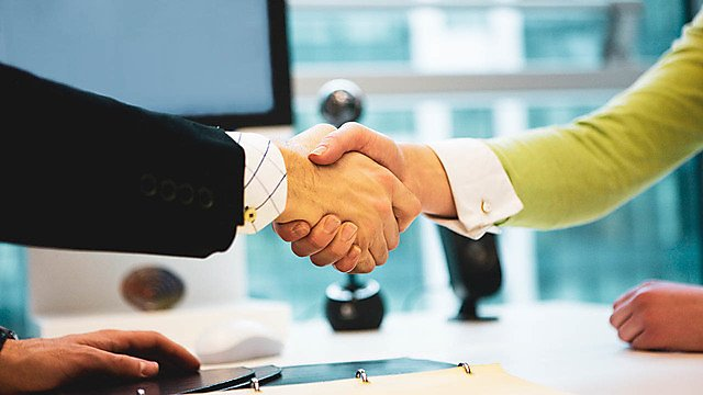 <p>A close-up of a man and woman shaking hands</p>