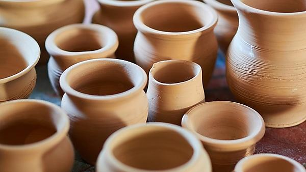 <p>small beige clay pots</p>
