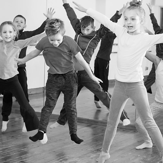 <p>Boys and girls studying contemporary dance.<br></p>