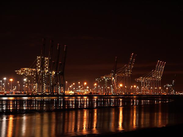 Image: Southampton container port at night towards low tide. Credit: By Geni (Photo by user:geni) [GFDL (http://www.gnu.org/copyleft/fdl.html) or CC-BY-SA-4.0-3.0-2.5-2.0-1.0 (http://creativecommons.org/licenses/by-sa/4.0-3.0-2.5-2.0-1.0)], via Wikimedia