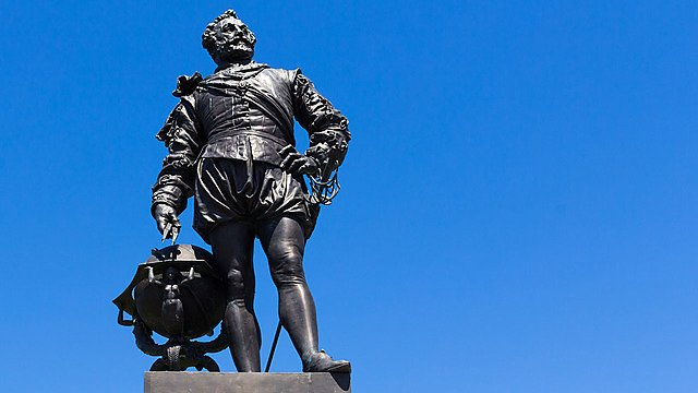 <p>Statue to Sir Francis Drake on Plymouth Hoe, Devon England UK.<br></p>