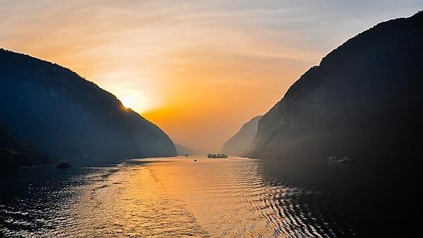 <p>Early Morning Scene, Yangtze River, Xiling Gorge, Hubei, China<br></p>