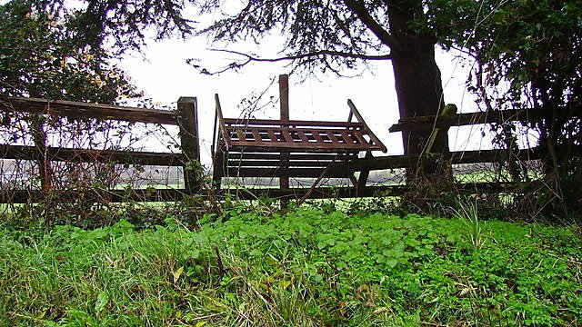 <p>Broken fence between Newton Abbot and Teignmouth</p>