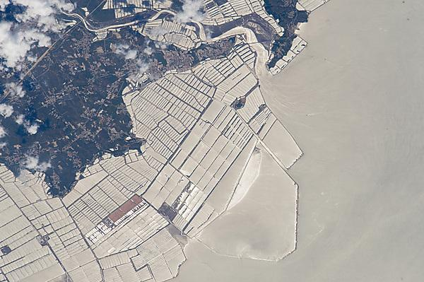 <p>Aquaculture farms in the coast of China's northeast province of Liaonin (Credit: NASA Earth Observatory)<br></p>