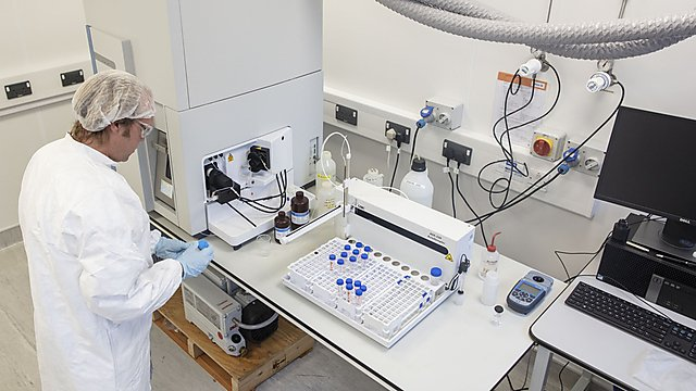 <p>Dr Simon Ussher working in the labs.<br></p>