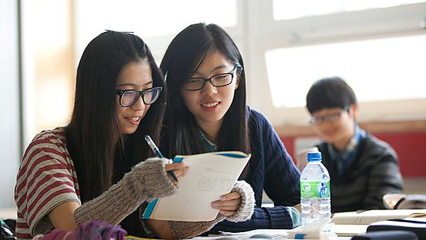 <p>International students completing application form</p>