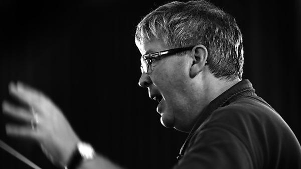 Simon Ible conducting.